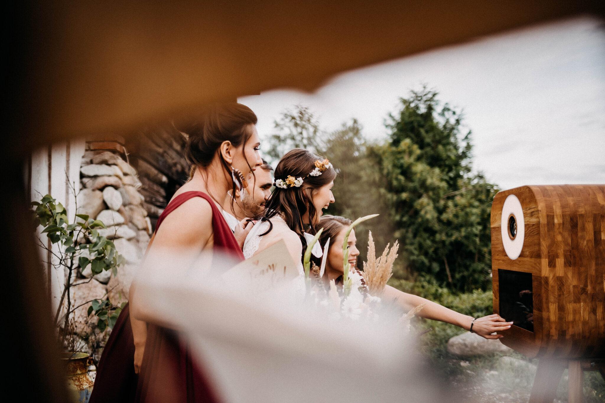 drewniana fotobudka i ślub w plenerze
