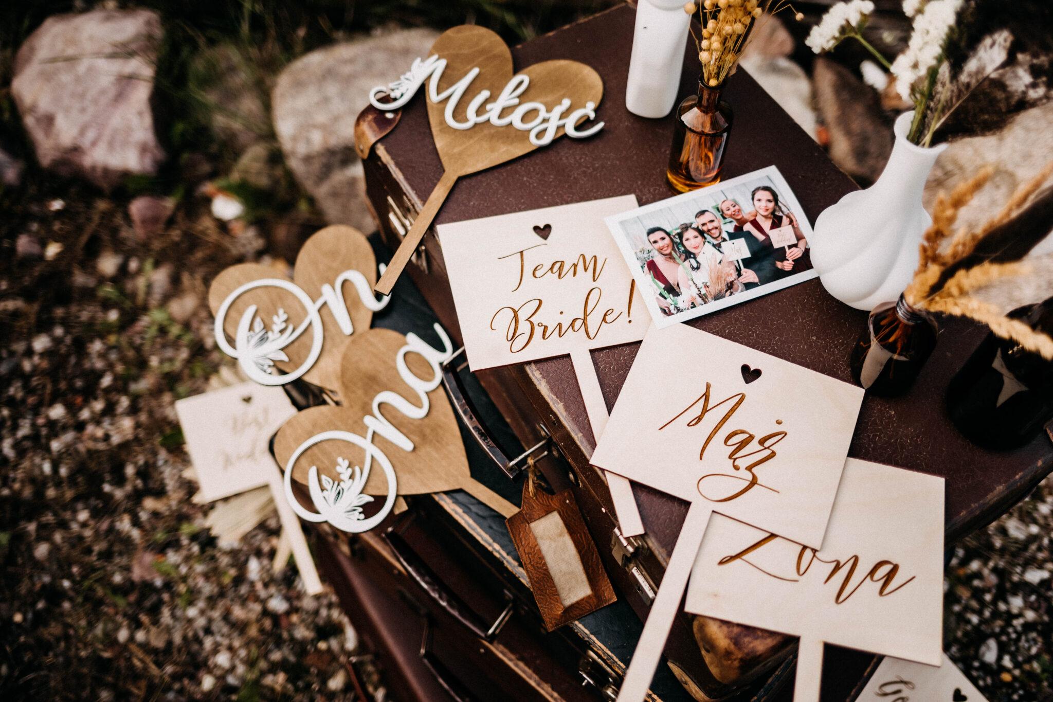drewniane tabliczki do fotobudki ze śmiesznymi napisami